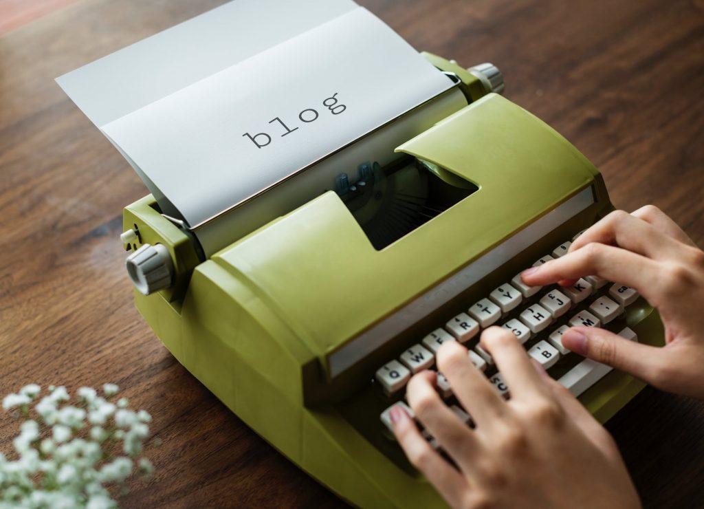 foto portada artículo con máquina de escribir de color verde
